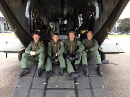 En primer lugar todo-RN mosca tripulación RAF Merlin