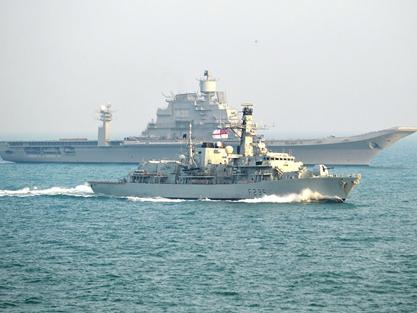 HMS Monmouth ayuda portaaviones gigantesco a través del canal